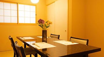 カウンター席、個室テーブル席、個室座敷がございます