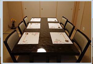 2階個室テーブルは2名様から最大8名様まで利用可能です