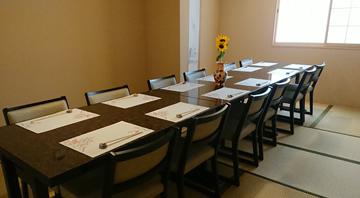 カウンター席、個室テーブル席がございます